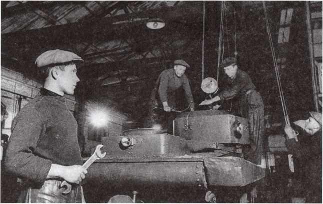 Ремонт поврежденного в боях танка Т-37А на заводе подъемно-транспортного оборудования имени Кирова. Ленинград, сентябрь 1941 года (АСКМ).