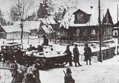 Танк Т-38 сопровождает транспортную колонну. Карельский перешеек, февраль 1940 года (АСКМ).