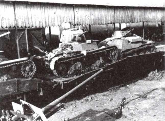 Эшелон с техникой, захваченный немцами летом 1941 года — на платформах танки Т-26 и Т-40, на переднем плане 76-мм пушка Ф-22 (РГАКФД).
