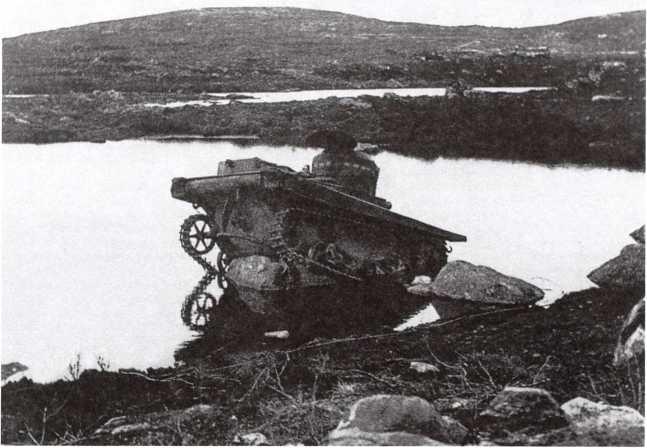 Танк Т-37А, застрявший на валуне и брошенный экипажем. Карельский фронт, лето 1941 года. Скорее всего, танк принадлежал разведывательному батальону одной из стрелковых дивизий 14-й армии (РГАКФД).