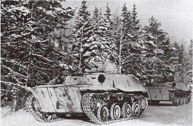 Танки Т-40 на марше. Западный фронт, предположительно 5-я армия, январь 1942 года. Машины имеют белую камуфляжную окраску без каких-либо опознавательных знаков (РГАКФД).