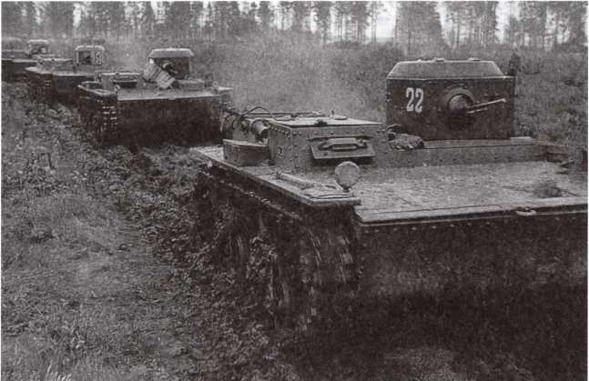 Колонна танков Т-38 на марше. Ленинградский фронт, Невская оперативная группа, отдельный батальон легких танков, сентябрь 1942 года. Танки имеют двухзначные номера на борту и передней части башни (АСКМ).