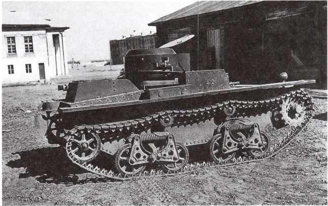 Трофейный танк Т-38на финской службе. Лето 1942 года. На башне машины нанесена свастика с короткими хвостами, использовавшаяся на финской бронетехники с 1942 года (фото из коллекции Е. Muikku).