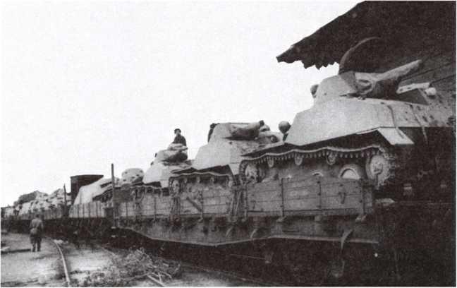Отправка эшелона с танками Т-40 на фронт. Москва, июль 1941 года (АСКМ).