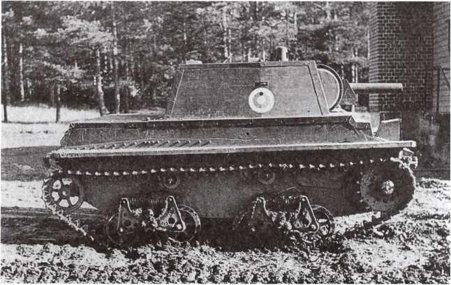 Макет танка КВ-1 на базе Т-38 (финское обозначение Т-38-КВ). Лето 1945 года. Такие машины использовались для обучения расчетов финских противотанковых орудий. На башне видна бело-голубая кокарда, использовавшаяся в бронетанковых частях Финляндии с конца 1944 года (фото из коллекции В. Muikku).