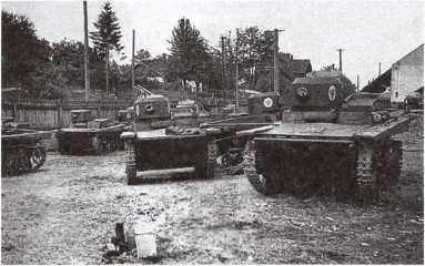 Танки Т-37А, захваченные венгерскими частями. Июль 1941 года. Судя по нанесенным на башнях эмблемам, машины использовались в венгерской армии, хотя пулеметные установки на некоторых из них отсутствуют (АСКМ).