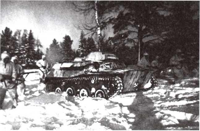 Отработка взаимодействия танков с пехотой — на переднем плане танк Т-40. Западный фронт, зима 1942 года (АСКМ).