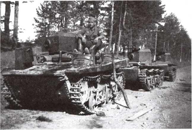 Оставленные из-за поломок или отсутствия горючего легкие танки Т-37А (впереди) и Т-38. Лето 1941 года (ЯМ).