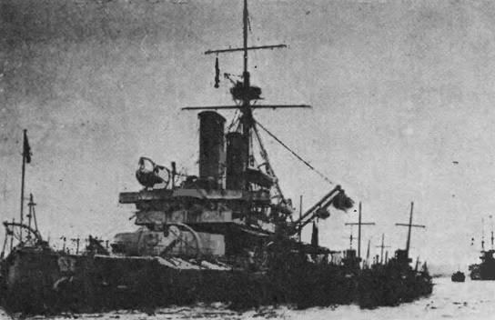 """""""Dreadnoyght"""" у Гибралтара (вверху) и в 1905 г."""