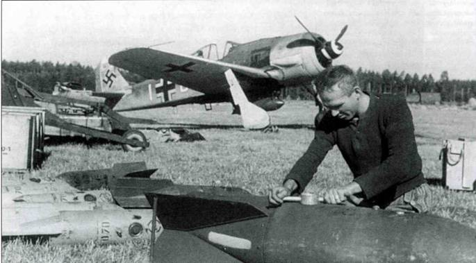На базе Fw 190A-S также был создан истребитель-бомбардировщик. Переделка была стандартной. Демонтировались пушки в консолях крыла, под фюзеляжем устанавливался бомбодержатель ЕТС 501. Трубка Пито на самолетах А-8 стояла у оконцовки правого крыла.