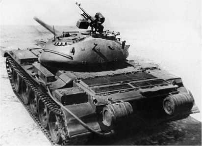 Вид сзади на танк Т-54-2. На надгусеничных полках отсутствуют ящики с пулеметами. Цилиндрические баки заменены на прямоугольные.