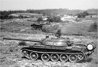 Танк Т-54Б (модернизированный Т-54А) в атаке. 1974 год.