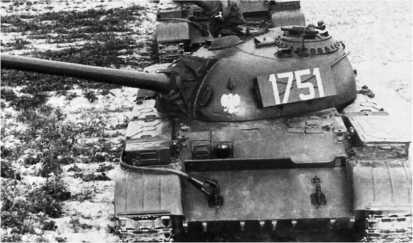 Танк Т-54А польского производства. Характерными внешними отличиями этих машин были L-образные топливные баки на надгусеничных полках и ящик ЗИП на борту башни.