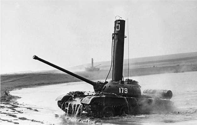 Средний танк Т-54 с установленной трубой-лазом после преодоления водной преграды по дну.