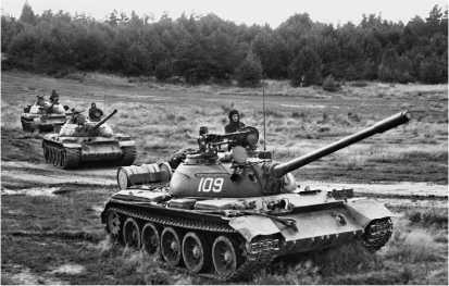 Танки Т-54Б на учениях. Прикарпатский военный округ, сентябрь 1975 года.