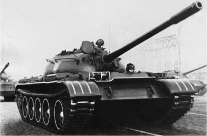 Средний танк Т-55 первой серии на параде в Москве. 7 ноября 1962 года.