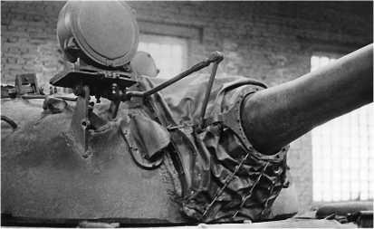 Вид на башню танка Т-55. Хорошо видны ИК-прожектор Л-2 и система тяг, связывающая его со стволом пушки.