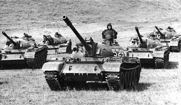 Средние танки Т-55 и Т-55А. Некоторые машины оборудованы лазерными дальномерами КДТ-1.