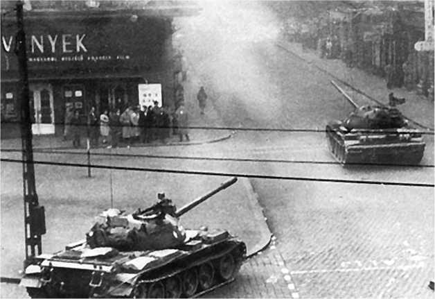Советские танки Т-54А на улицах Будапешта. Ноябрь 1954 года.