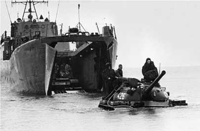 Высадка танков Т-54 из десантного корабля на учениях Советской Армии. 1965 год.