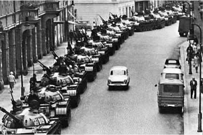 Советские танки Т-54А на улице Праги. Август 1968 года.