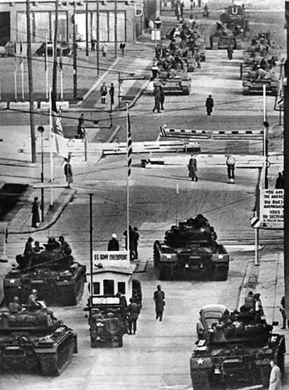Противостояние в дни Берлинского кризиса 1961 года. Снимок сделан со стороны Западного Берлина. На переднем плане — американские танки М48А2, в глубине улицы — советские Т-54А.