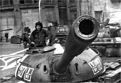 Танк Т-54А на одной из площадей Праги. Август 1968 года.
