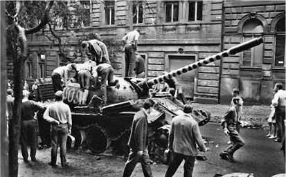 Пражане осматривают сгоревший советский Т-54А.