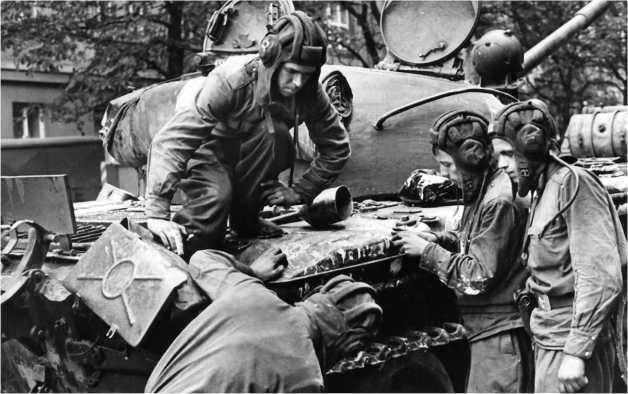 Советские танкисты изучают повреждения своего Т-55. Прага, 1968 год.