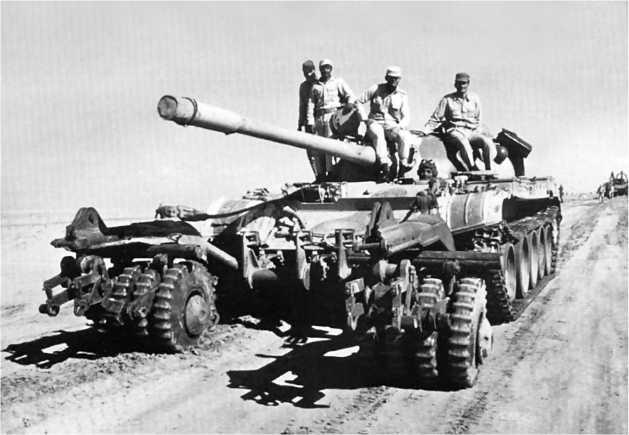Египетский танк Т-54А, оснащенный катковым минным тралом ПТ-54. 1973 год.