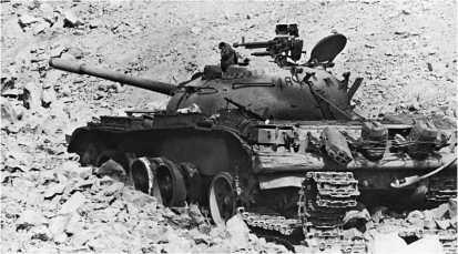 Танк Т-55 из состава 1-й сирийской танковой дивизии, подбитый в долине Бекаа. Ливан, 1982 год.