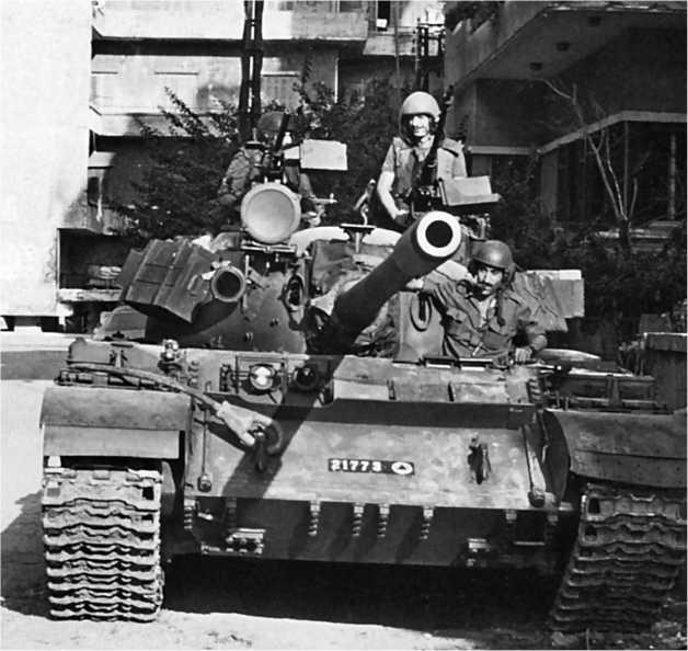 Танк Т-55 ливанской армии на улице Бейрута. 1989 год.