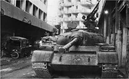 Танки Т-54 ливанской армии на позиции у «зеленой линии» в Бейруте. Сентябрь 1989 года. Обращает на себя внимание нештатная установка пулемета ДШК.