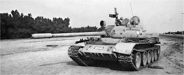 Иракский танк Т-55, брошенный на дороге в окрестностях Эль-Кувейта. 1991 год.