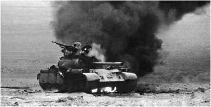 Горит иракский средний танк Туре 59. 1991 год.