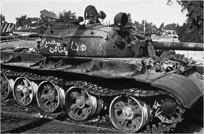 Иракский Т-55, сгоревший на окраине Басры. Ирак, 1991 год.