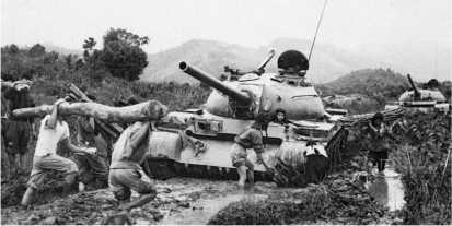 Танки Т-54 из состава 201-го танкового полка ВНА, застрявшие в непролазной грязи. Март 1972 года.