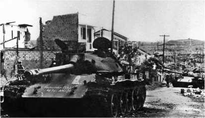 Северовьетнамские Т-54Б, подбитые на улице города Анлок. 1972 год.