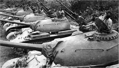 Подразделение танков Т-54 Вьетнамской народной армии перед атакой.