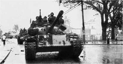 Танк Т-54А из состава 574-го танкового полка ВНА на улице Дананга. Март 1975 года.