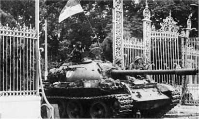 Сайгон, 30 апреля 1975 года. Танк Т-54А из состава 202-й танковой бригады ВНА въезжает в ворота президентского дворца.
