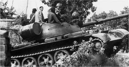 Индийский Т-55 выдвигается к линии фронта. Индо-пакистанский конфликт, 1971 год. На стволе 100-мм пушки видна имитация эжектора, облегчавшая опознавание танков в бою.