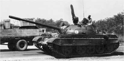 Танк Т-54Б афганской регулярной армии на улице города Джалалабад. 1987 год.