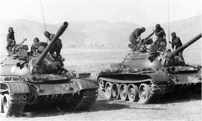 Афганские танкисты занимают места в танках Т-54Б. Окрестности города Ургун, 1985 год.