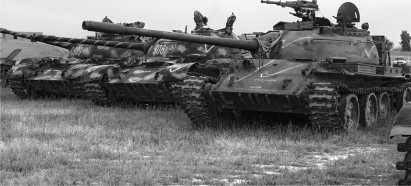 Кладбище танков Т-55 в Афганистане, каких много сейчас в этой стране. У машины справа обращает на себя внимание нештатная установка 14,5-мм пулемета КПВТ у люка заряжающего.