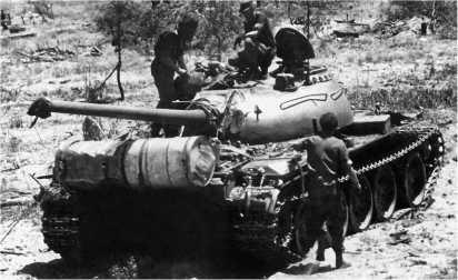 Южноафриканские солдаты осматривают подбитый ангольский танк Т-55. 1989 год.
