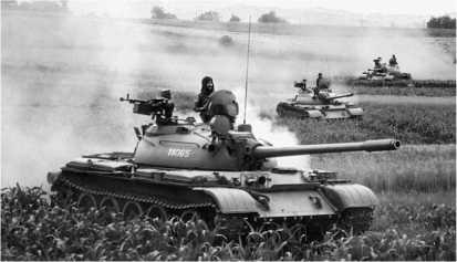 Танки Т-55 Югославской народной армии занимают позиции неподалеку от хорвато-словенской границы. 1991 год.