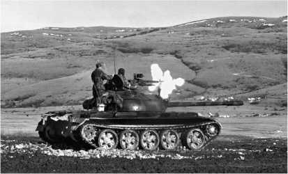 Танк Т-55 ведет огонь из пулемета ДШКМ. 2-я гвардейская бригада хорватской армии, Босния и Герцеговина, январь 1998 года.