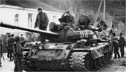 Танк Т-55АМ грузинской национальной гвардии. Абхазия, 13 ноября 1992 года.