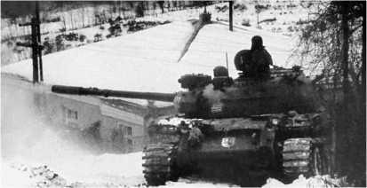 Абхазский танк Т-55АМ ведет огонь по грузинским войскам. Январь 1993 года.